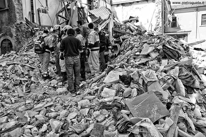 Volontari e primi soccorritori scavano tra le macerie