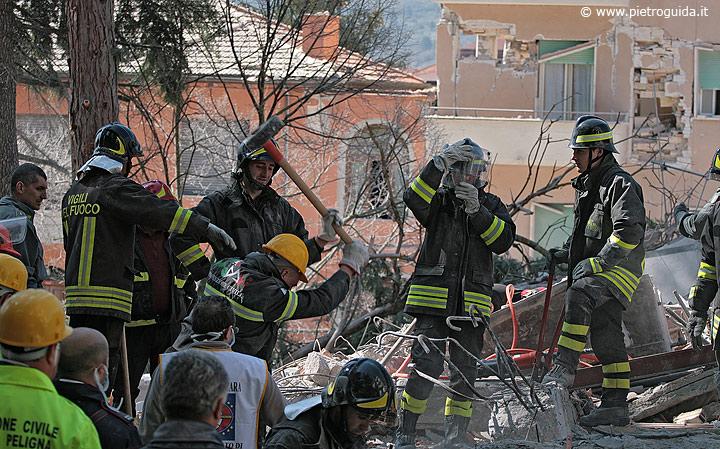 Vigili del fuoco al lavoro in una palazzina di via XX settembre
