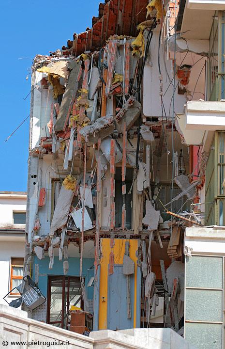 Un palazzo di via XX settembre spaccato in due parti