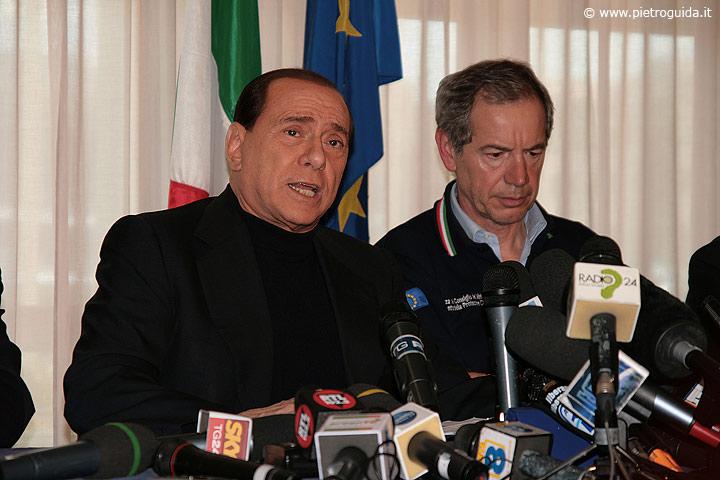 Silvio Berlusconi arrivato all'Aquila subito dopo il terremoto con il Commissario straordinario per l'emergenza Guido Bertolaso