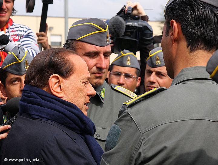 Il premier parla con gli uomini della Guardia di Finanza a Coppito