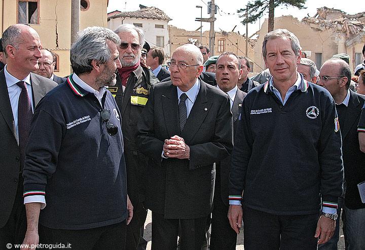 Il presidente della Repubblica Giorgio Napolitano in visita tra le macerie di Onna accompagnato da Bertolaso