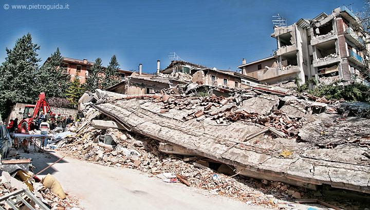 Un palazzo in cemento armato raso al suolo dal terremoto nella zona di via XX settembre