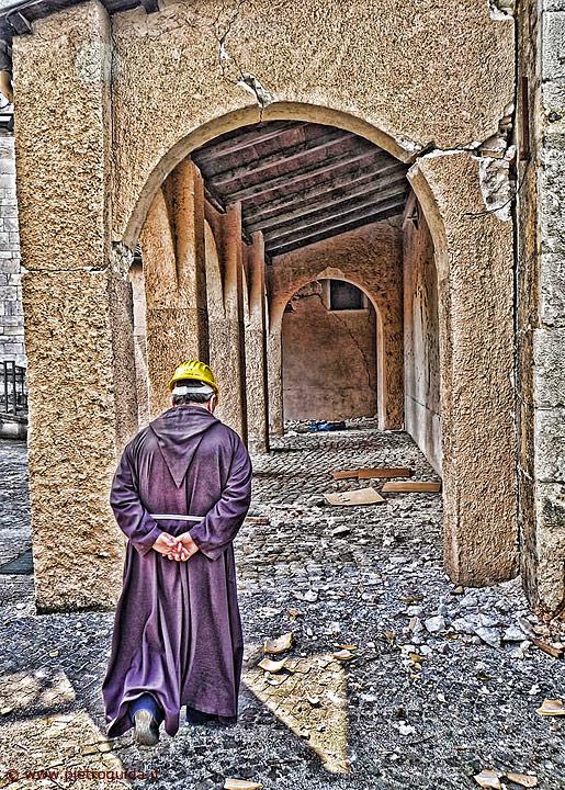 Un cappuccino nel chiostro del convento di Santa Chiara all'Aquila
