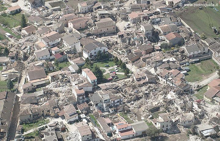 Una veduta aerea della distruzione
