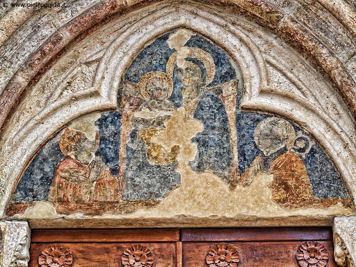 Magliano, portale della chiesa di Santa Lucia