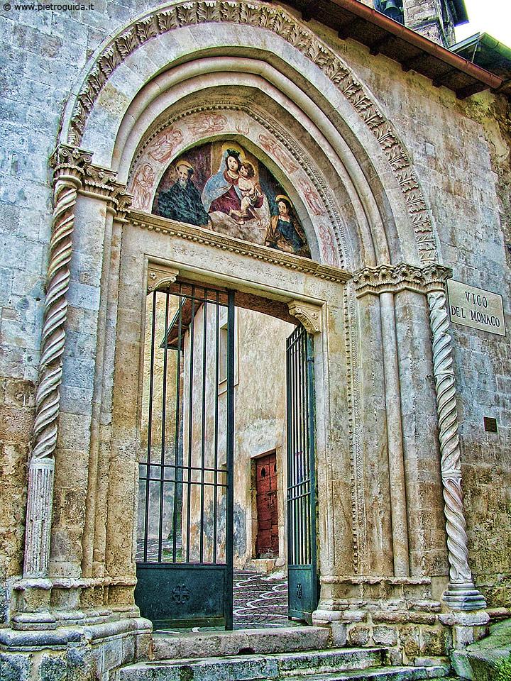 Tagliacozzo, portale della chiesa dei Santi Cosma e Damiano